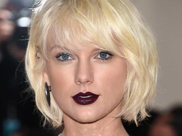 Taylor Swift en la Gala MET con labios burdeos.